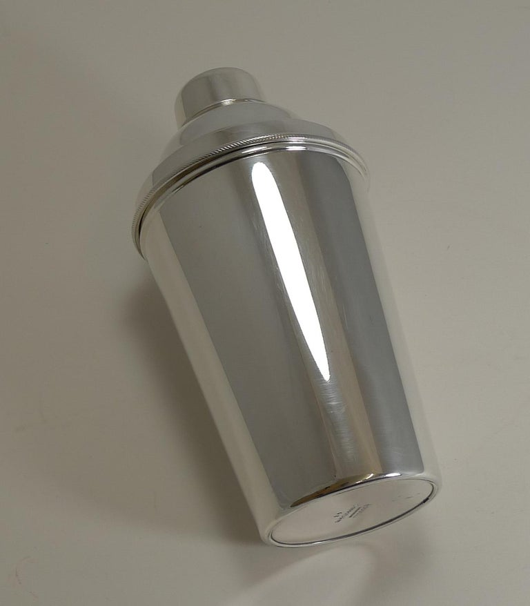Large '1 1/2 Pint' English Art Deco Silver Plate Cocktail Shaker with Ice Breake In Good Condition For Sale In London, GB