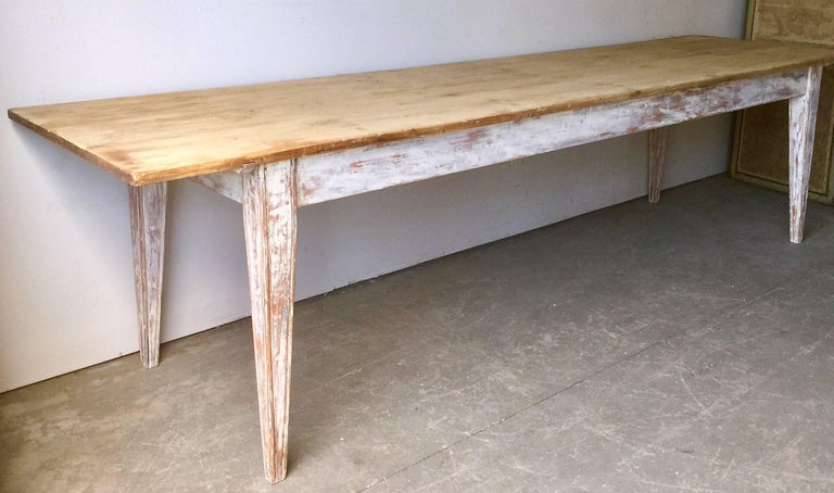 Large French country table with painted legs and nicely patinated natural pine top, France, late 19th/1900 century. 