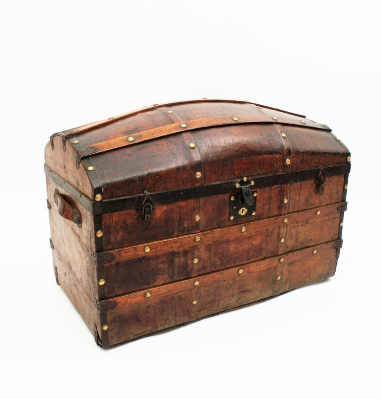 Portuguese Large Dome Top Leather Steamer Trunk, 19th Century In Good Condition For Sale In Barcelona, ES