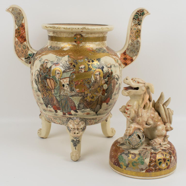 Large Antique Japanese Meiji Satsuma Covered Urn Vase with Foo Dog In Good Condition For Sale In Atlanta, GA
