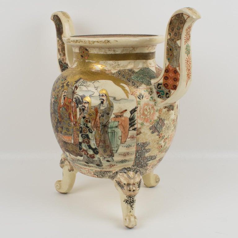 Large Antique Japanese Meiji Satsuma Covered Urn Vase with Foo Dog For Sale 1