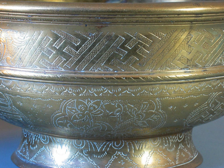 Large Betel Nut Brass Bowl 'Sireh' East Java Indonesia, circa 1900 In Good Condition For Sale In Ottawa, Ontario