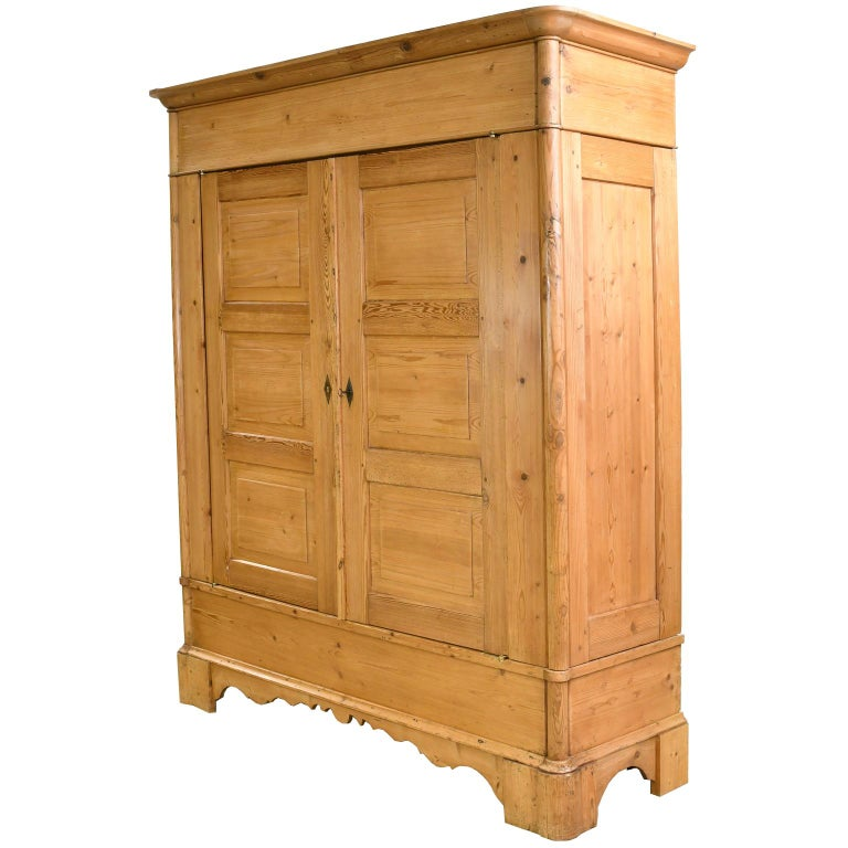 Biedermeier Inspired Scrubbed Pine Armoire from Northern Germany, circa 1820 In Good Condition For Sale In Miami, FL