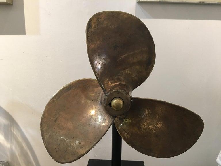 Großer Propeller aus Bronze auf Maßgefertigtem Ständer 4