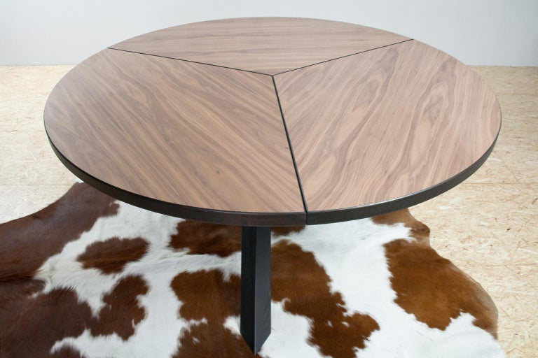 Large Brutalist Round Walnut Dining Table Tripod in Style of Dutch Modernisme In New Condition For Sale In Beek en Donk, NL