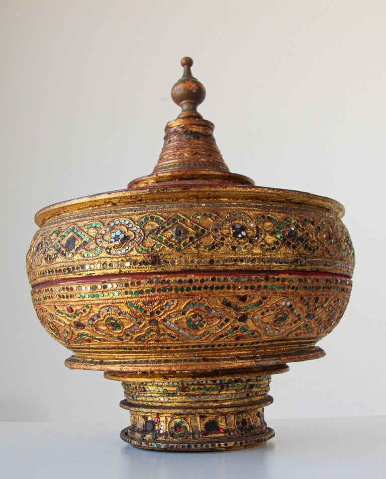 South Asian Large Burmese Gilt and Lacquered Wood Temple Offering Basket For Sale