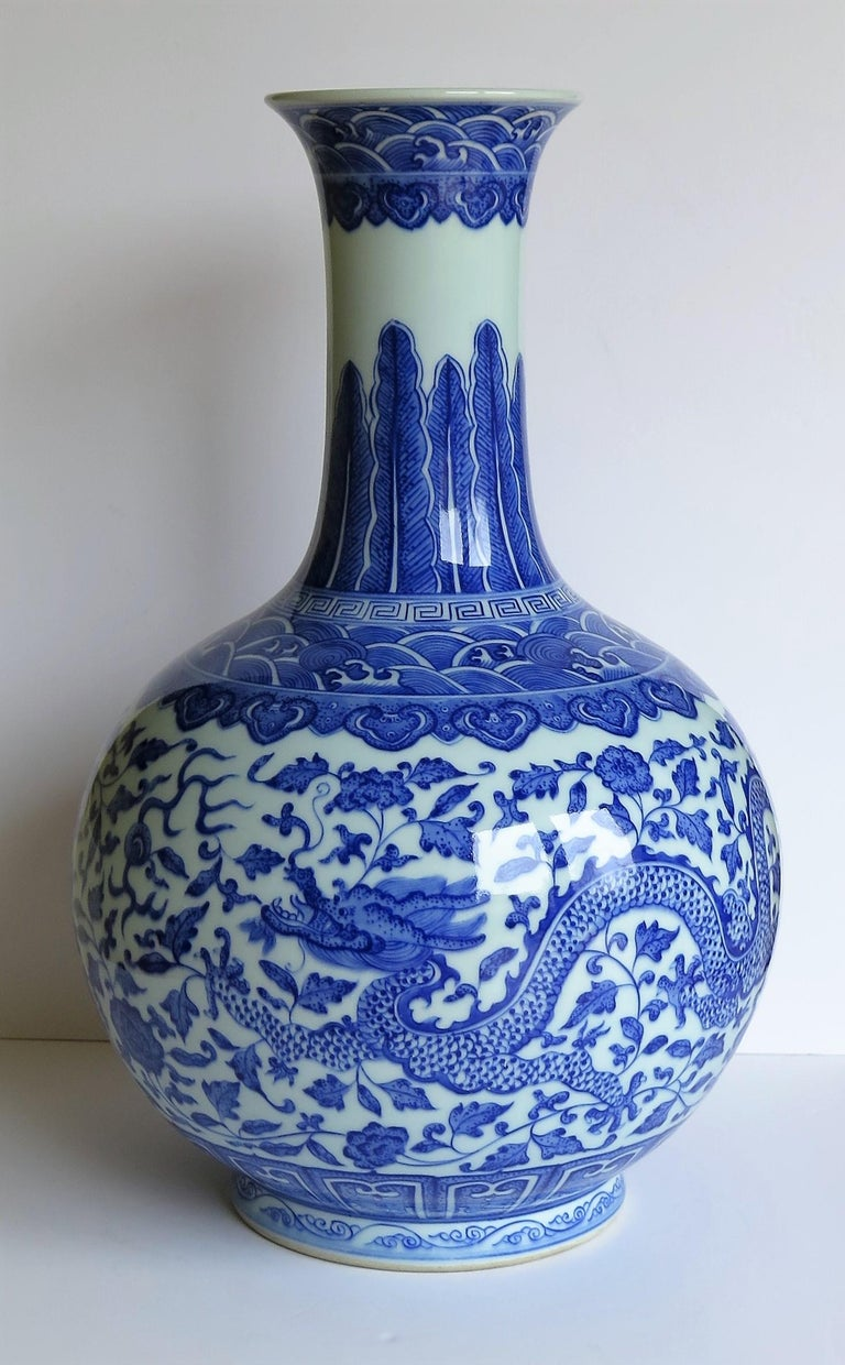 Large Chinese Blue and White Porcelain Bottle Vase, Qing Quianlong Mark In Good Condition For Sale In Lincoln, Lincolnshire