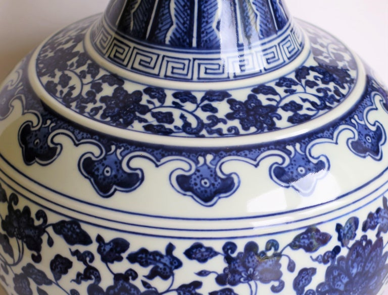 Large Chinese Export Porcelain Bottle Vase Blue and White Hand Painted For Sale 5