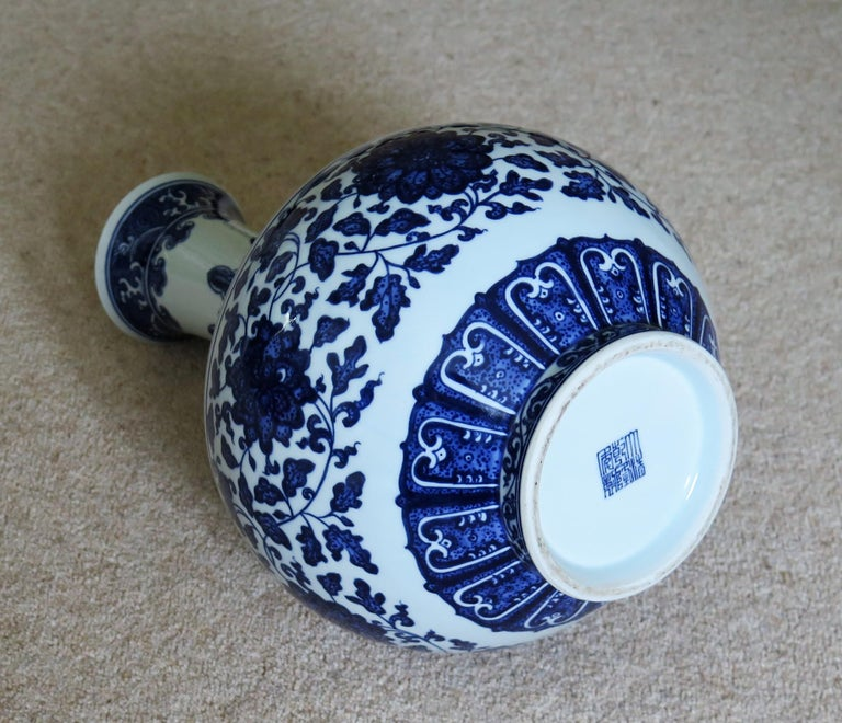 Large Chinese Export Porcelain Bottle Vase Blue and White Hand Painted For Sale 10