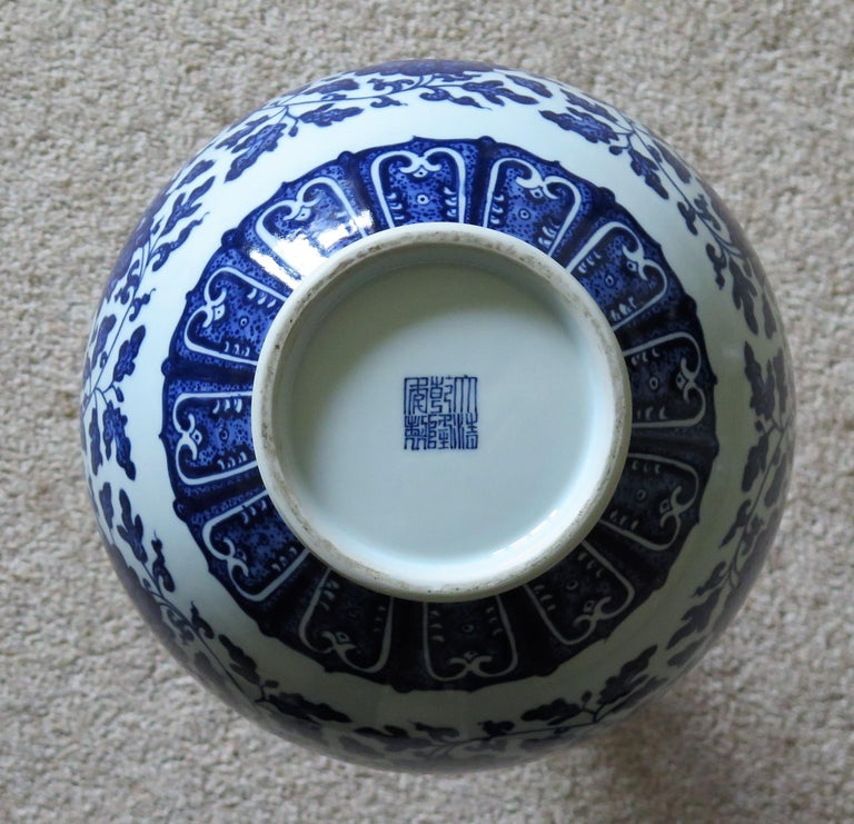 Large Chinese Export Porcelain Bottle Vase Blue and White Hand Painted For Sale 11