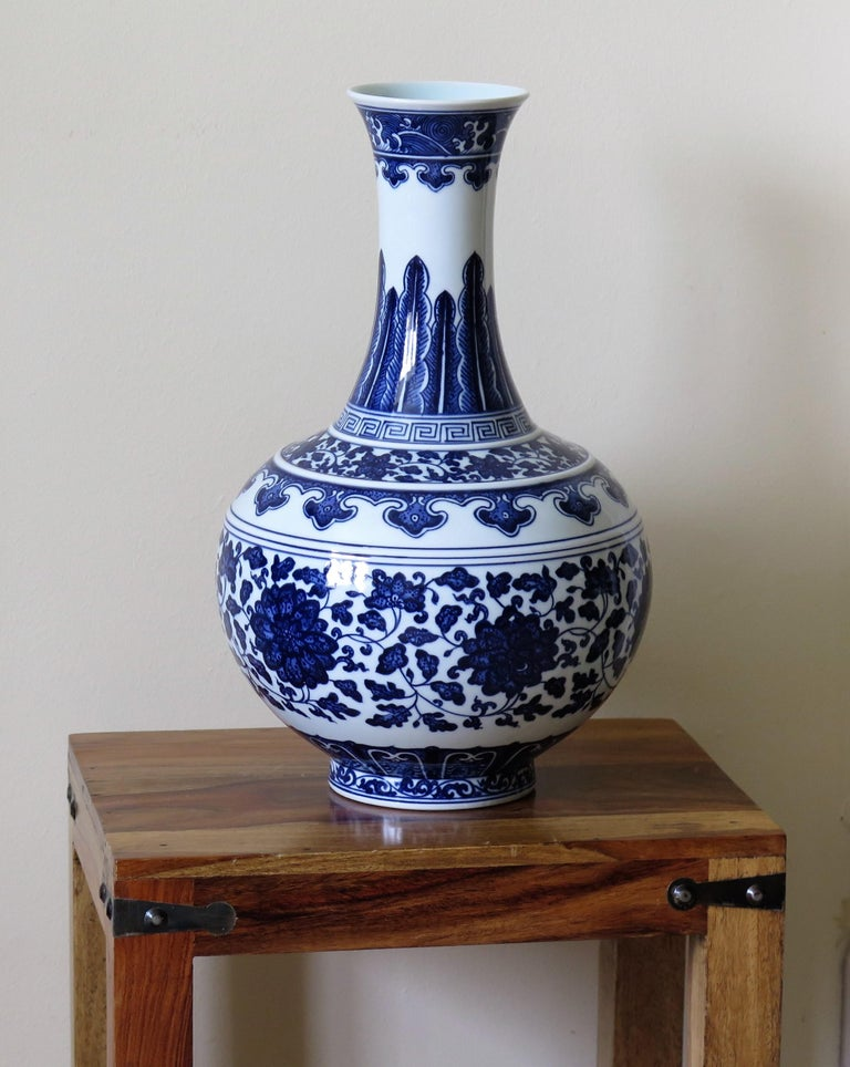Large Chinese Export Porcelain Bottle Vase Blue and White Hand Painted For Sale 13