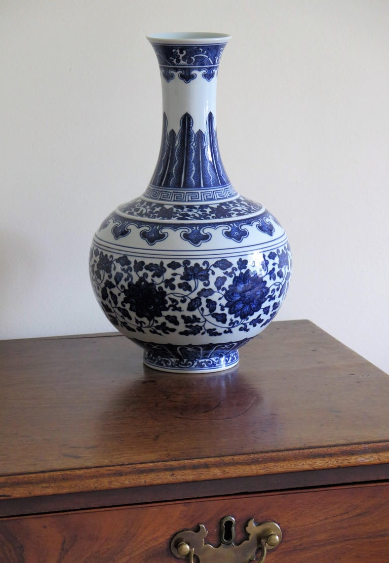 Large Chinese Export Porcelain Bottle Vase Blue and White Hand Painted For Sale 14