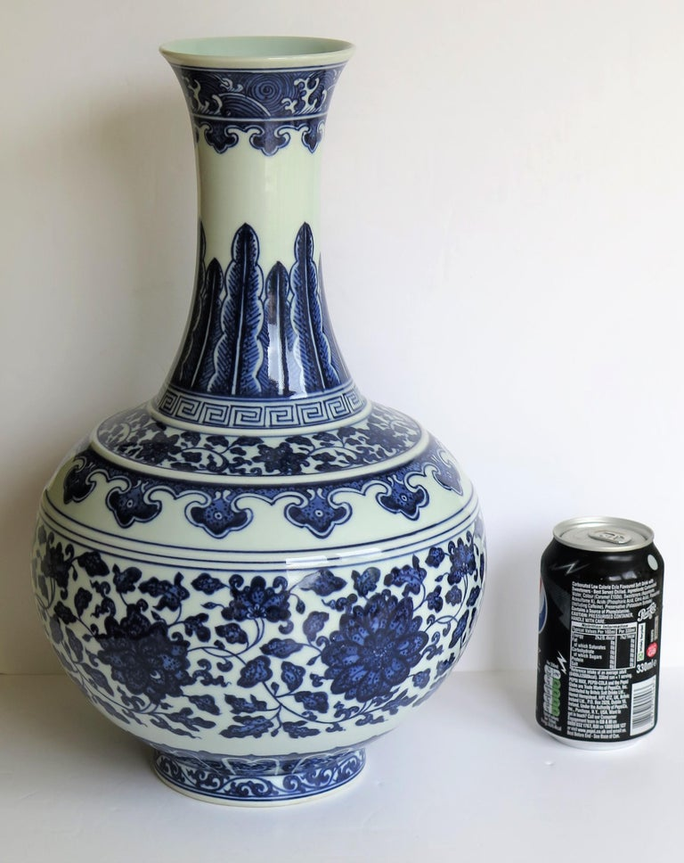 Large Chinese Export Porcelain Bottle Vase Blue and White Hand Painted For Sale 15