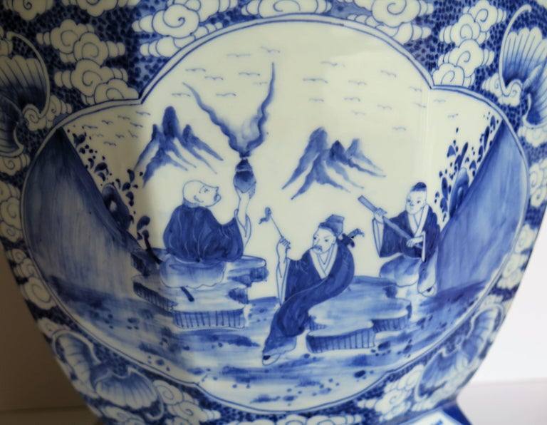 Large Chinese Porcelain Vase Hand Painted Blue and White, circa 1920 For Sale 5
