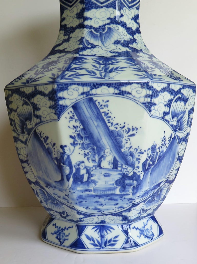 Large Chinese Porcelain Vase Hand Painted Blue and White, circa 1920 For Sale 6