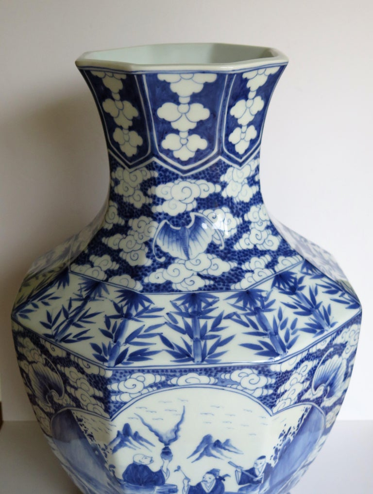 Large Chinese Porcelain Vase Hand Painted Blue and White, circa 1920 For Sale 9