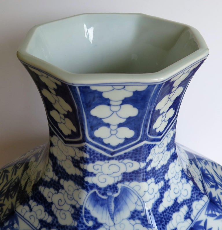 Large Chinese Porcelain Vase Hand Painted Blue and White, circa 1920 For Sale 10