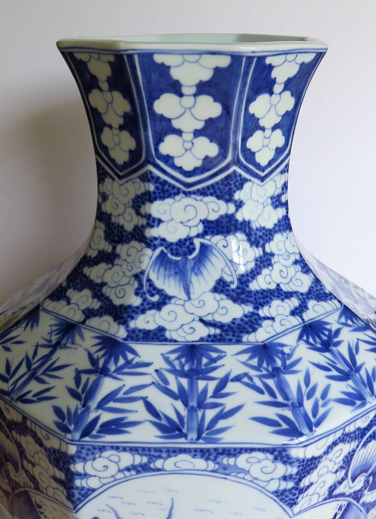 Large Chinese Porcelain Vase Hand Painted Blue and White, circa 1920 In Good Condition For Sale In Lincoln, Lincolnshire