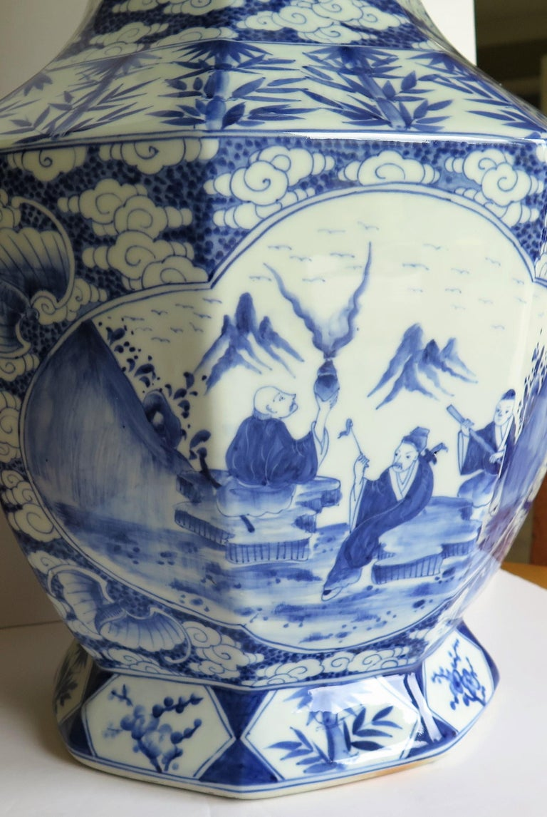 Large Chinese Porcelain Vase Hand Painted Blue and White, circa 1920 For Sale 3