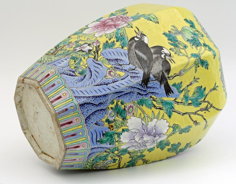 Large Chinese Tongzhi Octagonal Vase with Magpies Amdist Foliage, 19th Century For Sale 6