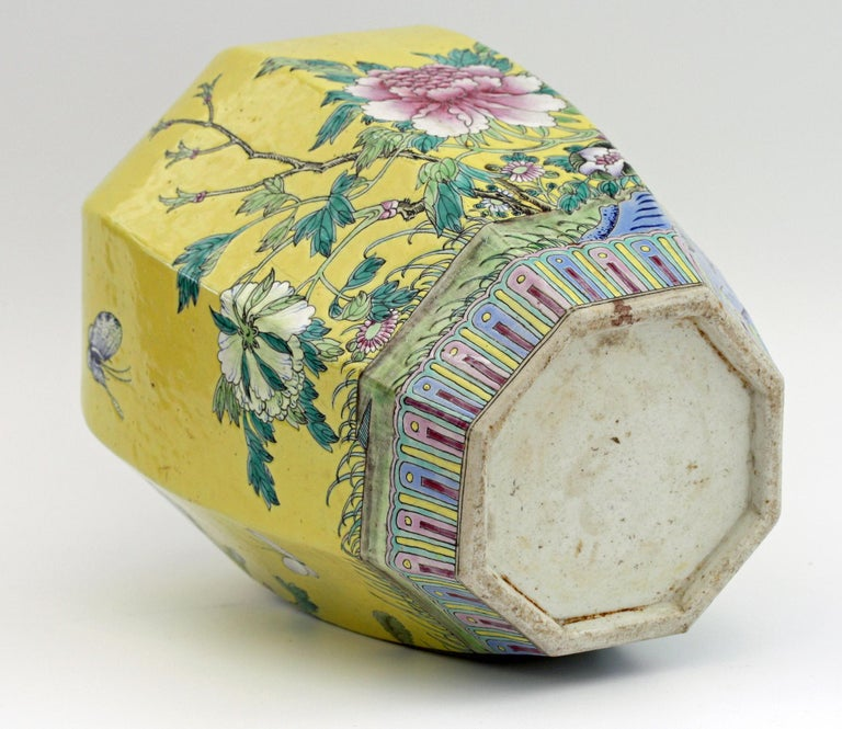 Large Chinese Tongzhi Octagonal Vase with Magpies Amdist Foliage, 19th Century For Sale 7