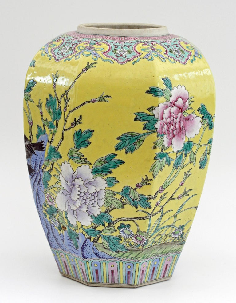 Large Chinese Tongzhi Octagonal Vase with Magpies Amdist Foliage, 19th Century For Sale 11