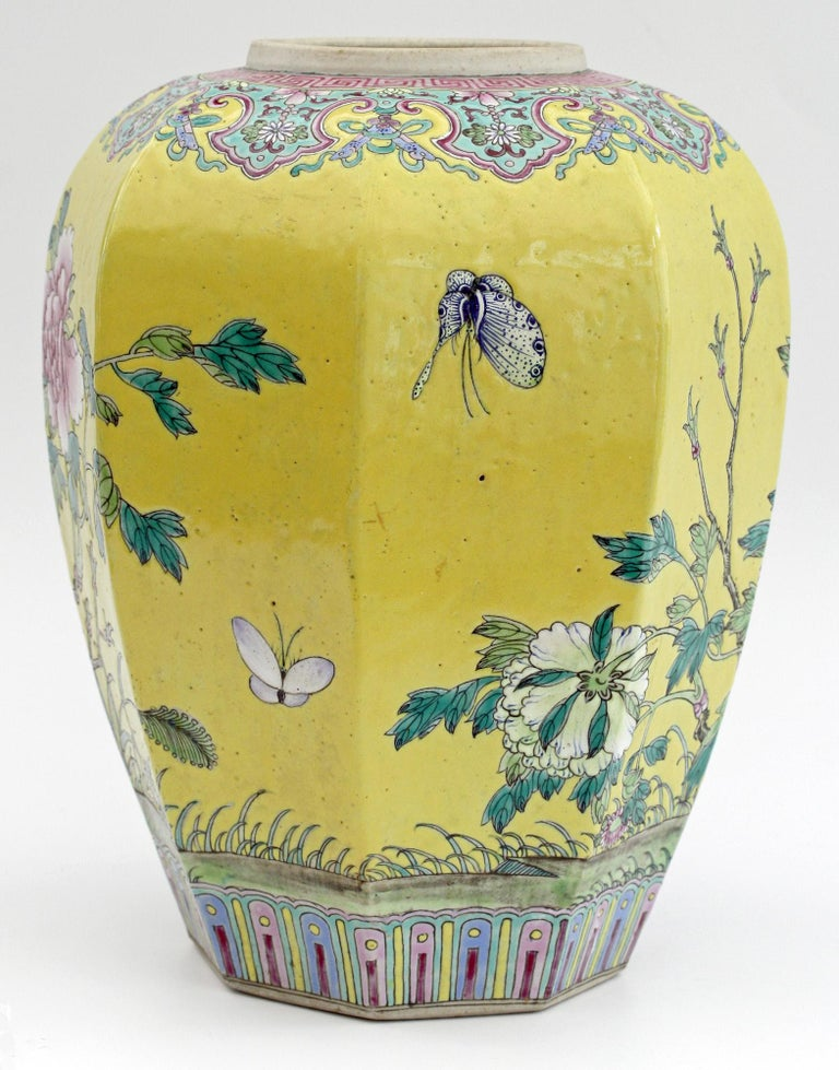 Large Chinese Tongzhi Octagonal Vase with Magpies Amdist Foliage, 19th Century For Sale 12