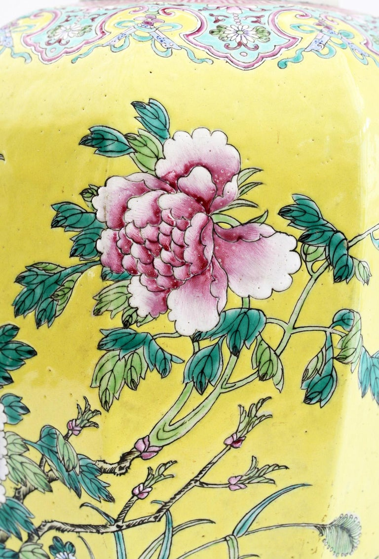 Large Chinese Tongzhi Octagonal Vase with Magpies Amdist Foliage, 19th Century For Sale 2