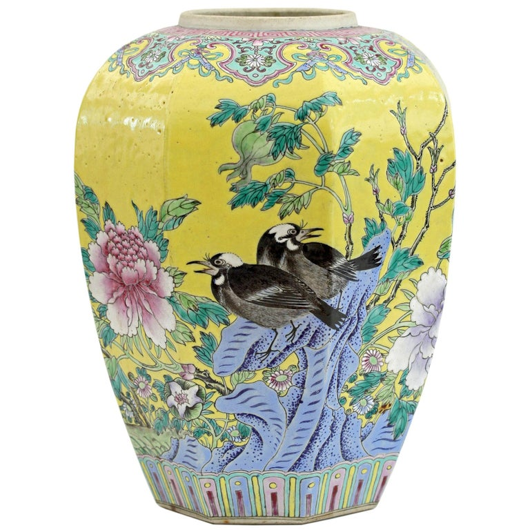 Large Chinese Tongzhi Octagonal Vase with Magpies Amdist Foliage, 19th Century For Sale
