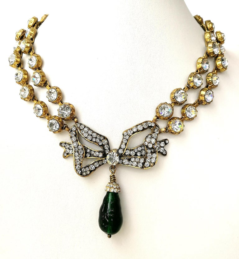Large clear paste and emerald poured glass  'bow' necklace, Chanel, 1980s In Excellent Condition For Sale In London, GB