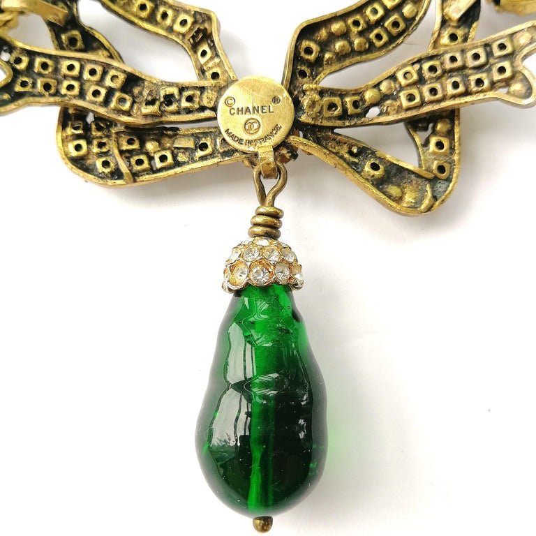 Large clear paste and emerald poured glass  'bow' necklace, Chanel, 1980s For Sale 1