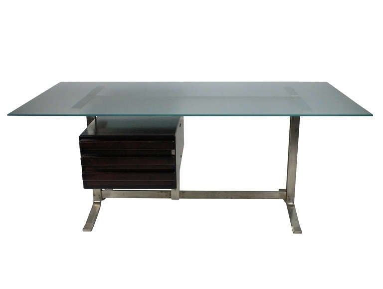 A large Italian executive desk by Formanova, designed by Gianni Moscatelli. In brushed steel and hardwood with an opaque glass top.