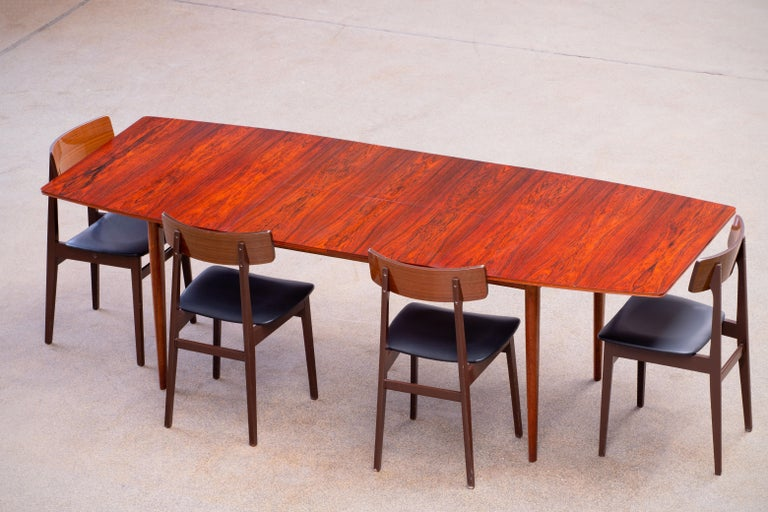 Beautiful expendable rosewood dining table. Signed by Tom Robertson for McIntosh. Very nice quality. Fully restaured with love. Length from 152 to 230 cm.