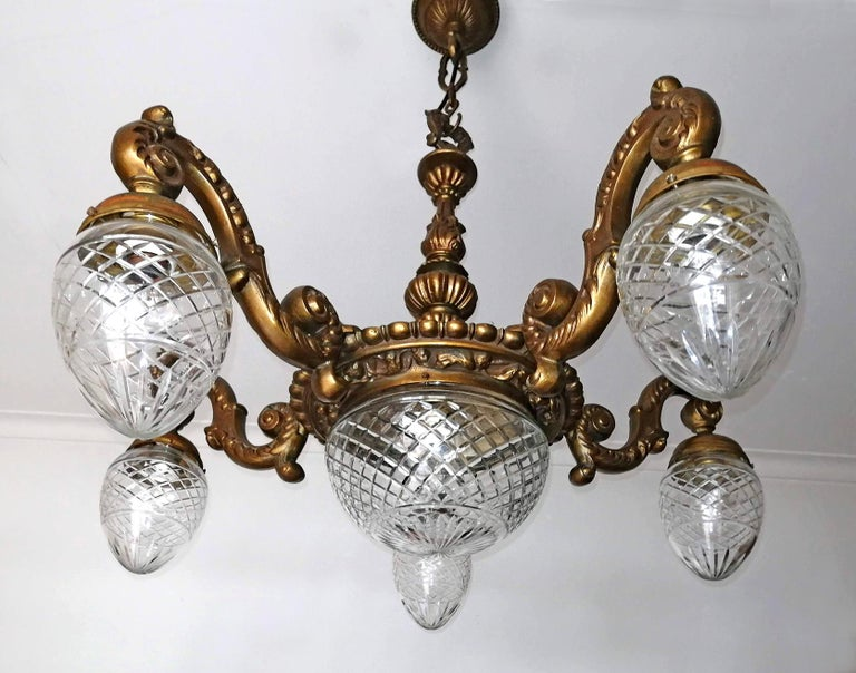 Large French Art Deco Cut Crystal Globes & Gilt Bronze Ornate Chandelier, 1920s In Good Condition For Sale In Coimbra, PT