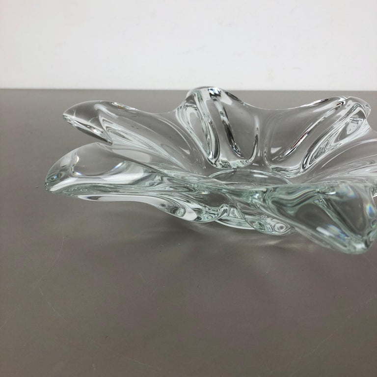 Large French Floral Crystal Glass Shell Bowl by Art Vannes, France, 1970s In Good Condition For Sale In Kirchlengern, DE