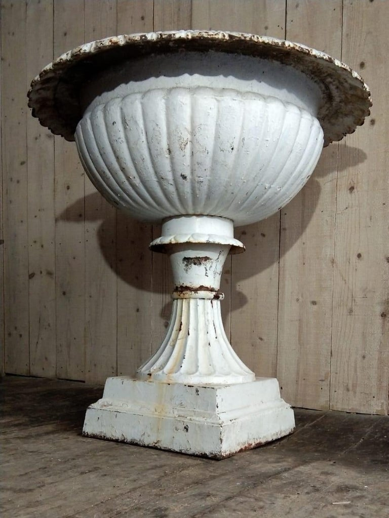 Large French Louis XVI Cast Iron Planter In Good Condition For Sale In Lectoure, Occitanie