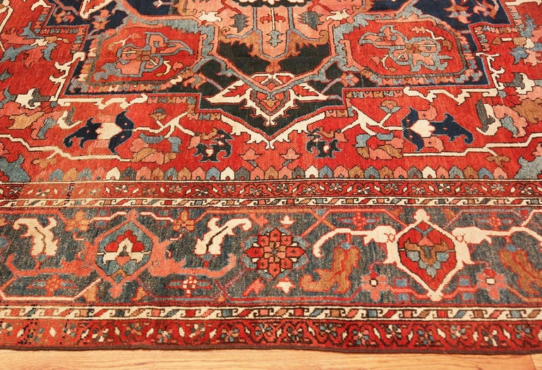 Large Geometric Antique Persian Heriz Serapi Rug In Good Condition For Sale In New York, NY