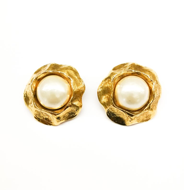 Large gilt and baroque pearl earrings, Chanel, 1980s. In Excellent Condition For Sale In London, London