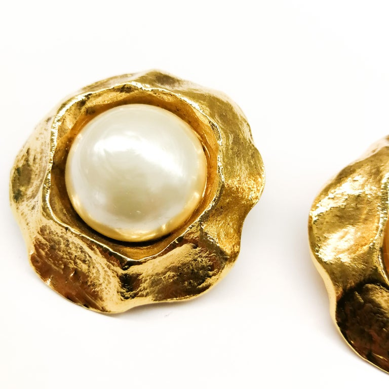 Large gilt and baroque pearl earrings, Chanel, 1980s. For Sale 1