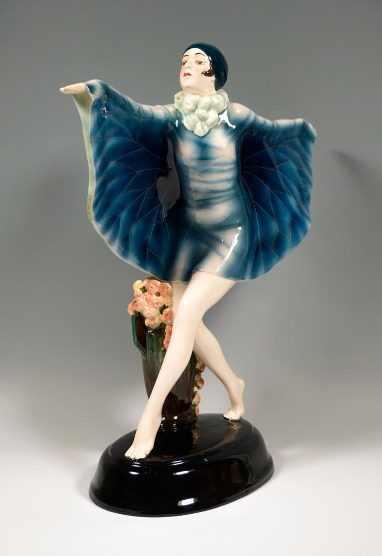 One of the most famous and elegant models from the goldscheider manufacture: Dance performed by the dancer Niddy Impekoven (1904-2002) in the early twenties of the 20th century 'The captiured bird': the dancer balancing on tiptoes takes a big step