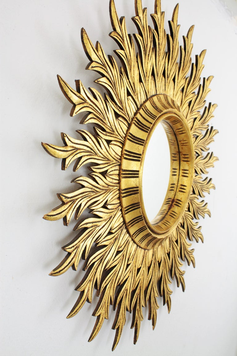 Large Hollywood Regency Carved Giltwood Round Sunburst Mirror, Spain, 1960s In Excellent Condition For Sale In Barcelona, ES