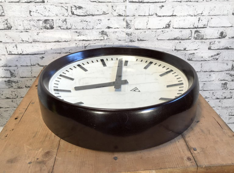 Large Industrial Bakelite Factory Wall Clock from Pragotron, 1960s In Good Condition For Sale In Mratin, CZ