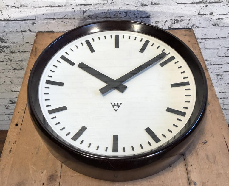 Large Industrial Bakelite Factory Wall Clock from Pragotron, 1960s For Sale 1
