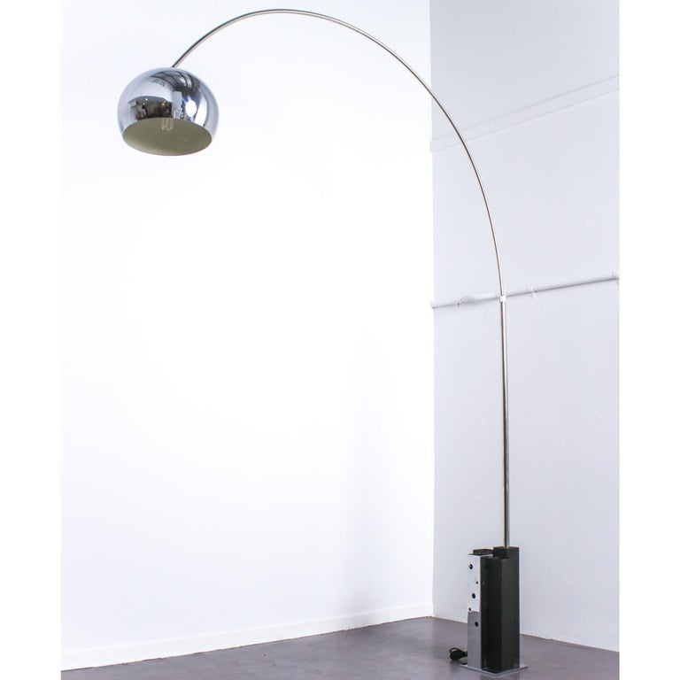 Large very stylish 1970 Italian arc lamp with adjustable arm and heavy base in chrome and black color.