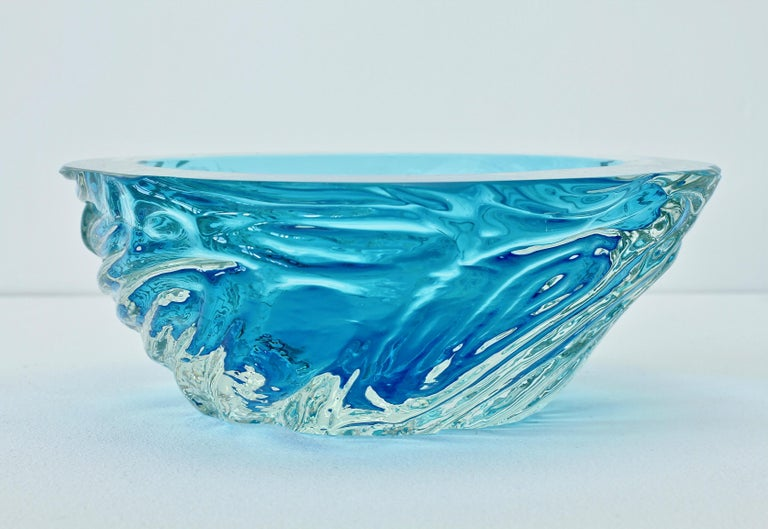 Large vintage textured Italian glass bowl or dish attributed to Maurizio Arabella for Seguso Vetri d'Arte Murano, Italy, circa late 1970s / 1980s. Elegant in form and showing extraordinary craftmanship with the use of the 'Sommerso' technique with