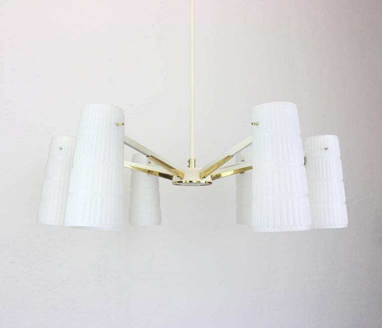 A stunning six-light chandelier in the manner of Stilnovo, Italy, manufactured in circa 1950-1959. A handmade and high quality piece. High quality and in very good condition. Cleaned, well-wired and ready to use.  The fixture requires 6 x E14