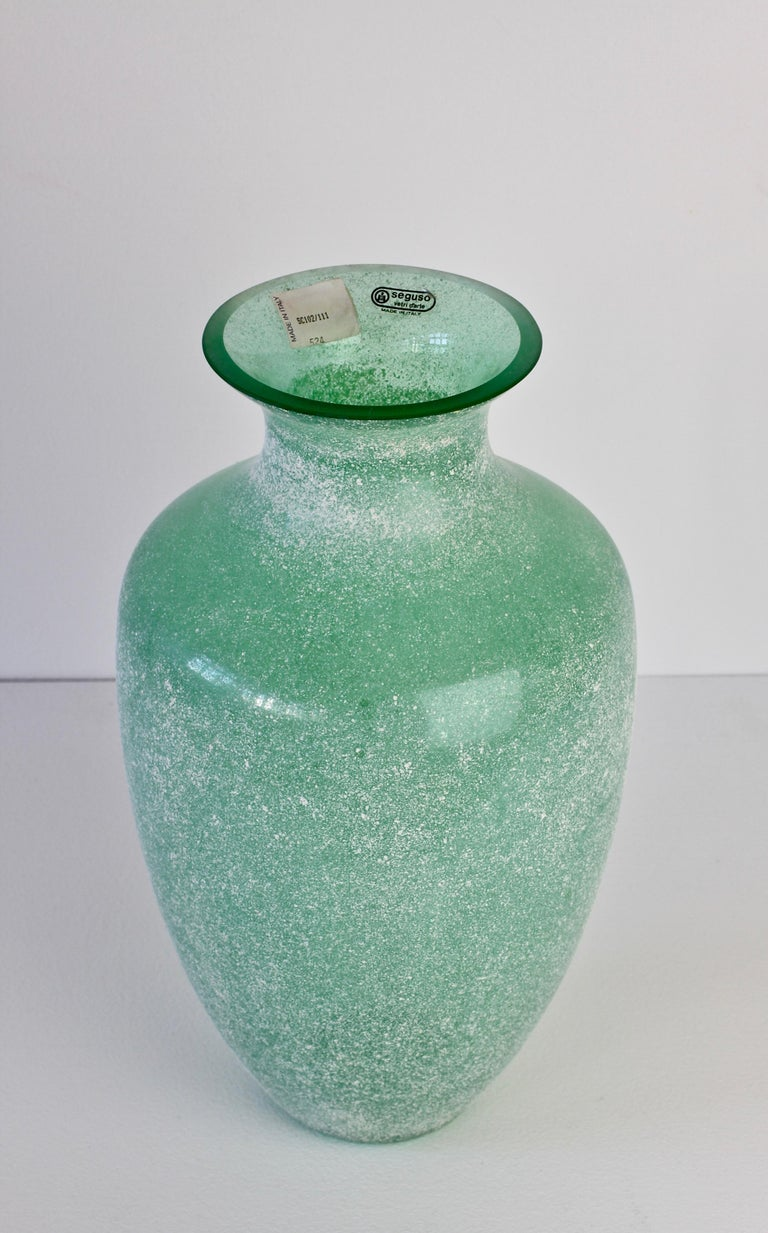 Large Italian Seguso Vetri d'Arte Green 'Scavo' Murano Glass Vintage Floor Vase In Good Condition For Sale In Landau an der Isar, Bayern