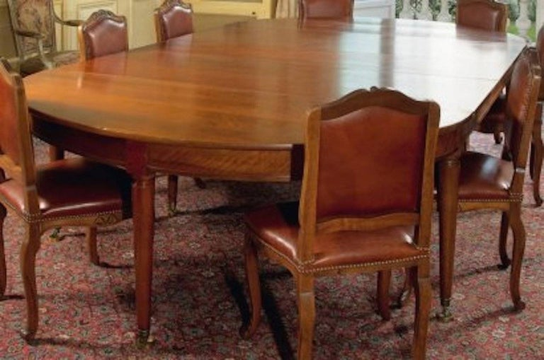 Large Late 18th Century, French Oval Extending Walnut Dining Table In Good Condition For Sale In Rome, IT