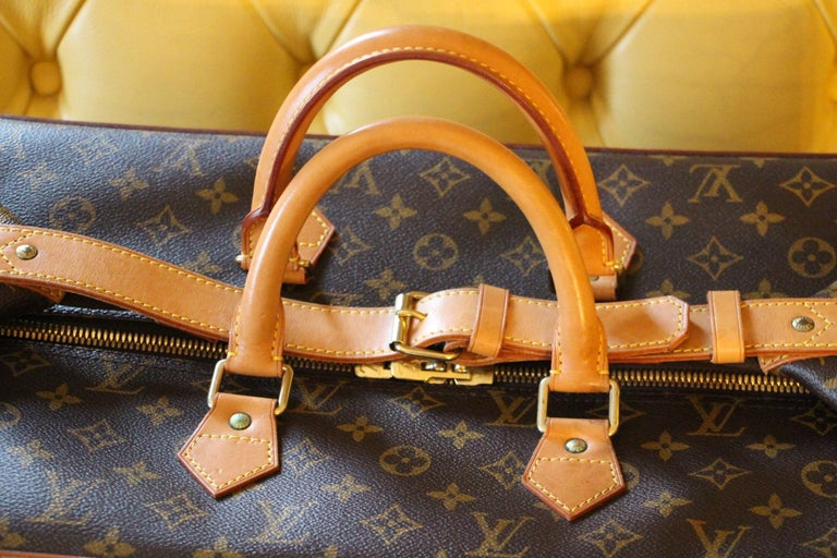 Beautiful travel bag in monogram canvas and leather. This large size is no longer available in Louis Vuitton stores. This is a collector piece. It features its serial number. Its exterior is in perfect condition as well as its brown interior, no