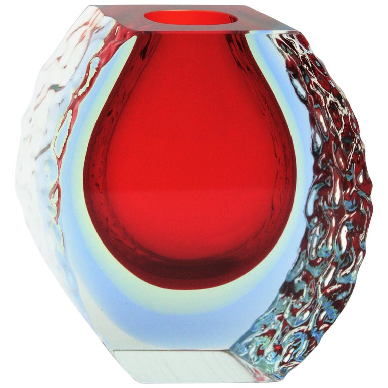 Large Mandruzzato Murano Faceted Textured Red, Blue, Yellow Sommerso Glass Vase In Excellent Condition For Sale In Barcelona, ES